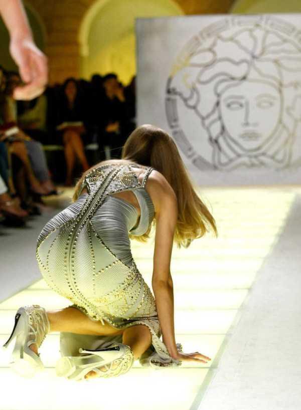 девушка на коленях на подиуме