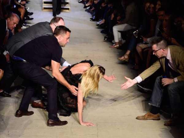 блондинка упала на подиуме