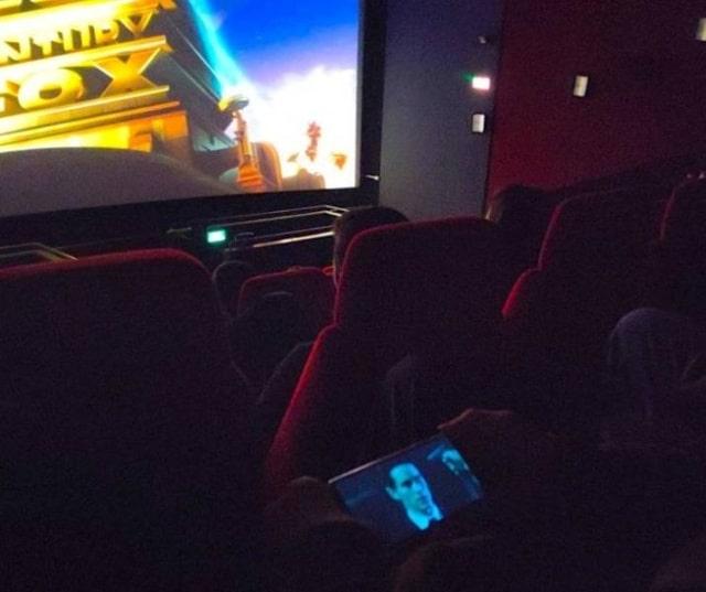 показ фильма в кинотеатре