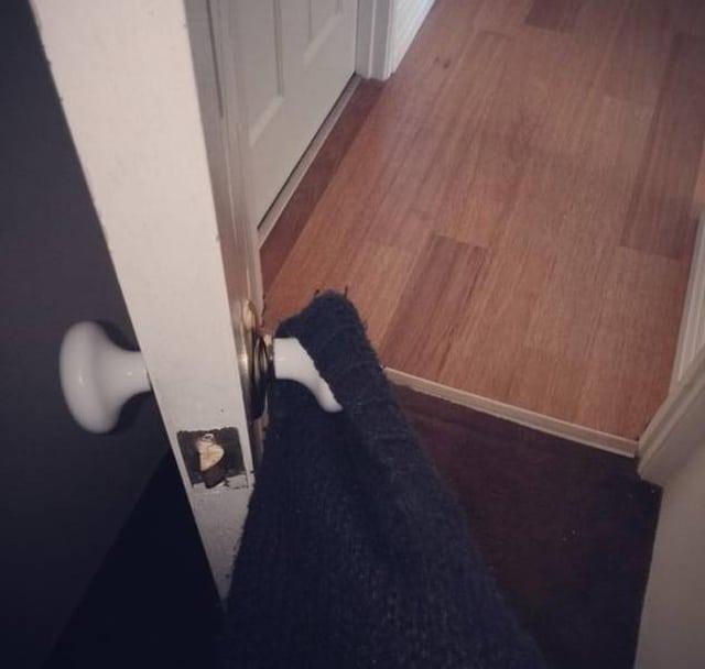 ручка дверь и одежда