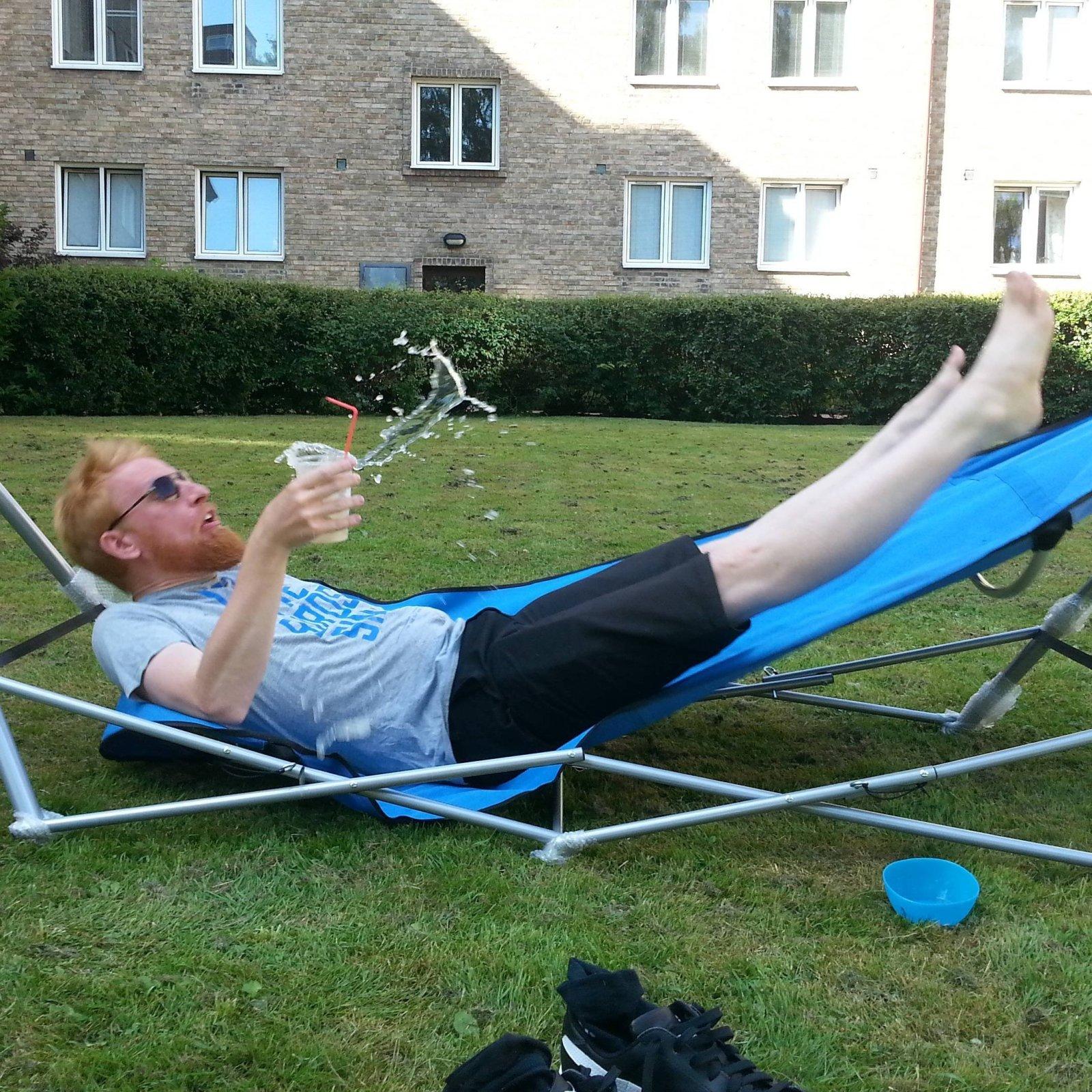 мужчина отдыхает на лежаке