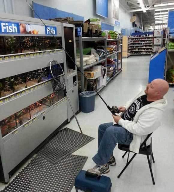 мужчина ловит рыбу в волмарте