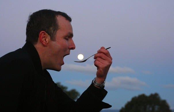 мужчина с ложкой и луна