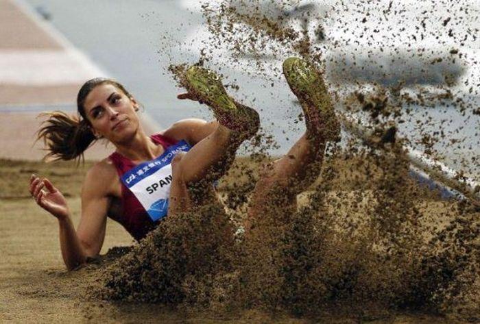 спортсменка в песке