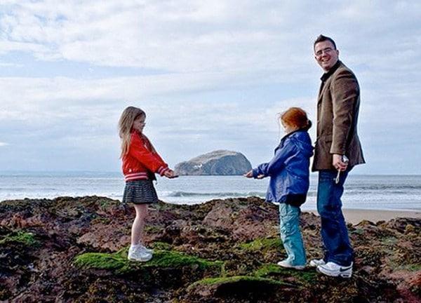 девочки с папой на пляже
