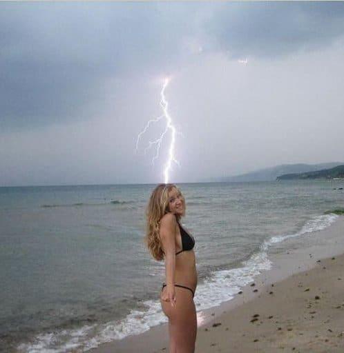 блондинка на берегу моря