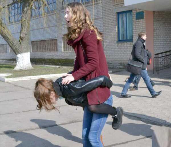 девочка запрыгнула на подругу