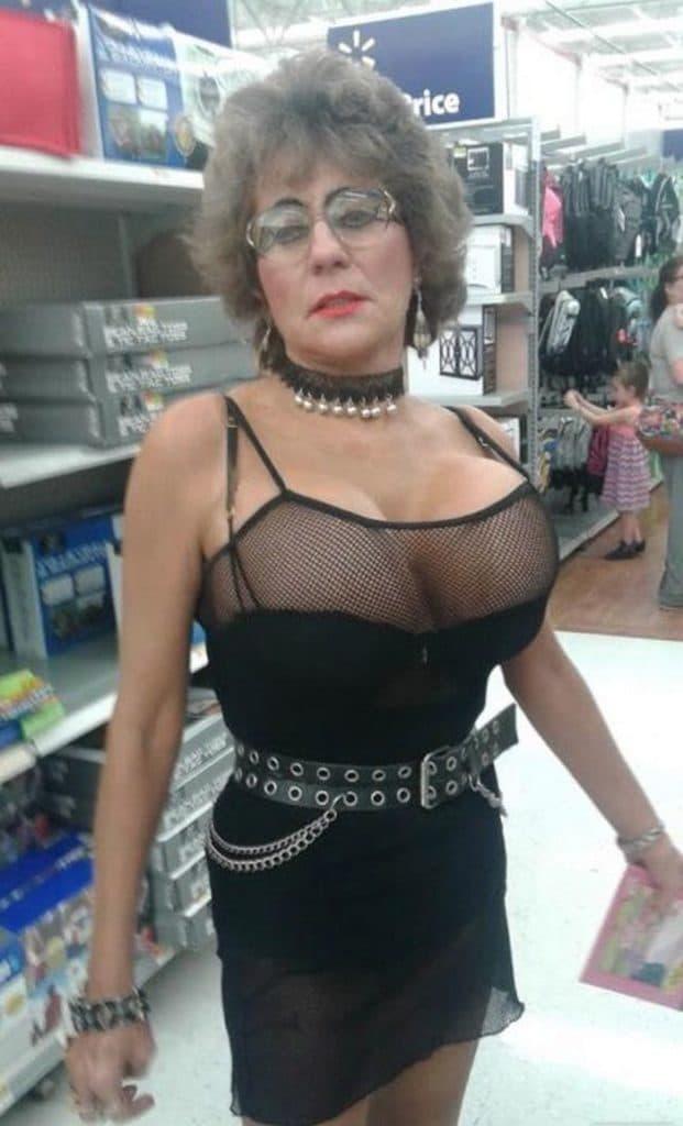 женщина в откровенном платье