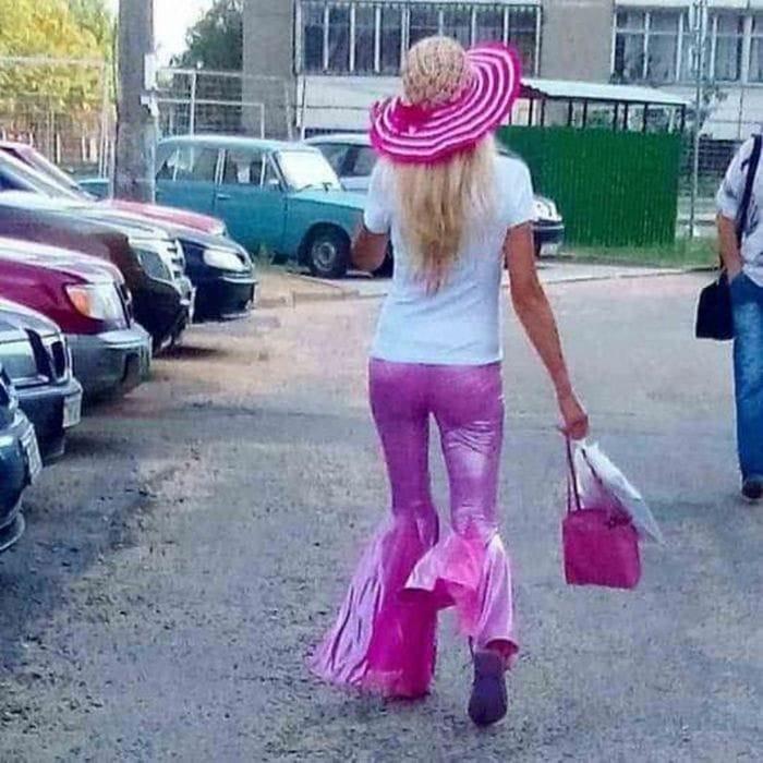 женщина в розовых штанах
