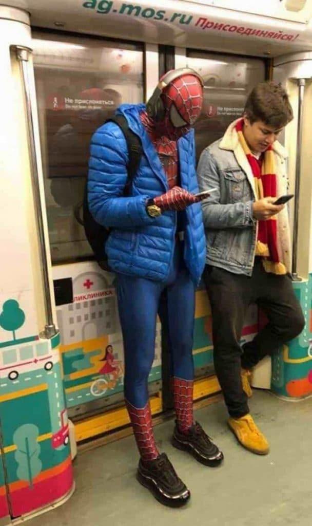 парень в костюме Человека-паука