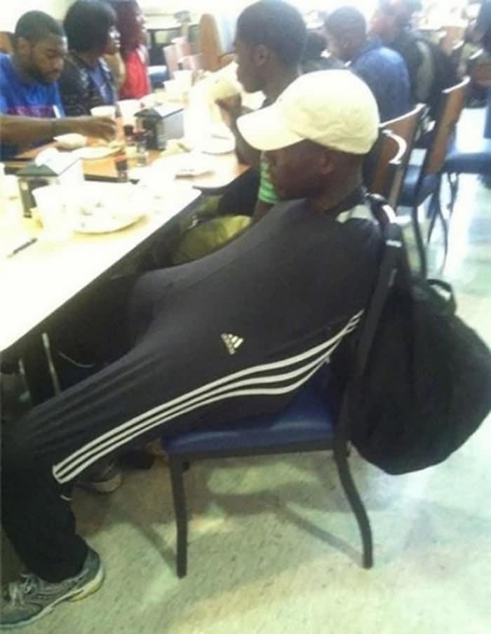 мужчина в штанах