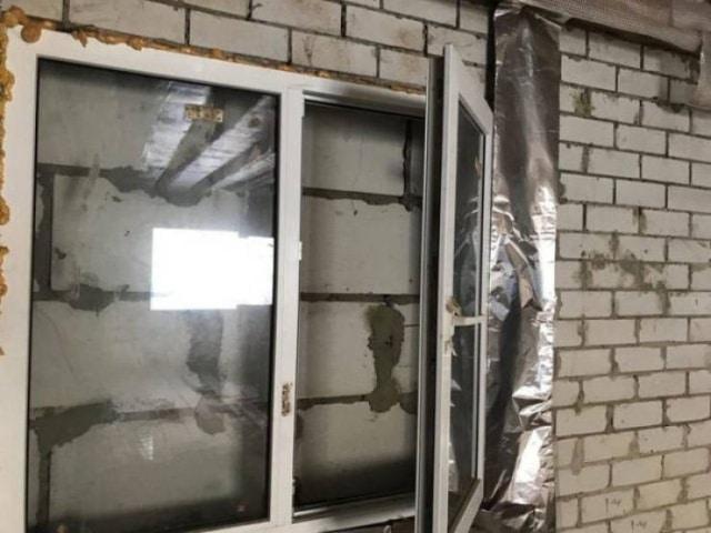 окна и замурованная стена