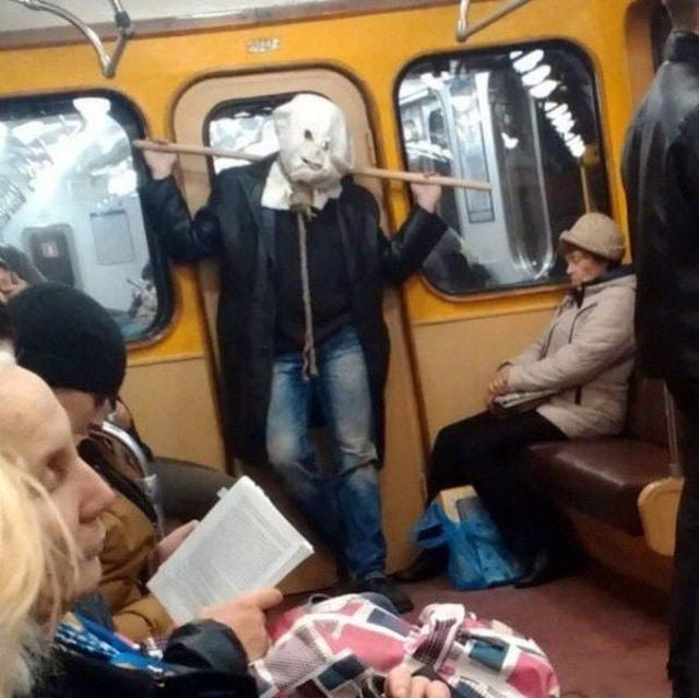 странная личность в метро
