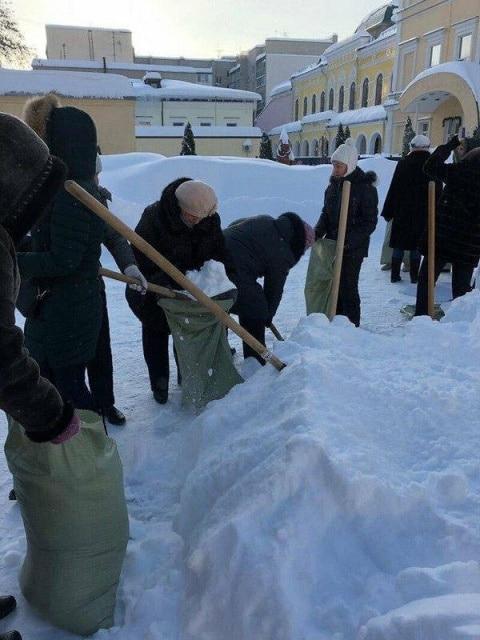 люди собирают снег
