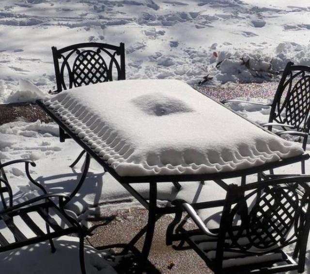 стол и снег