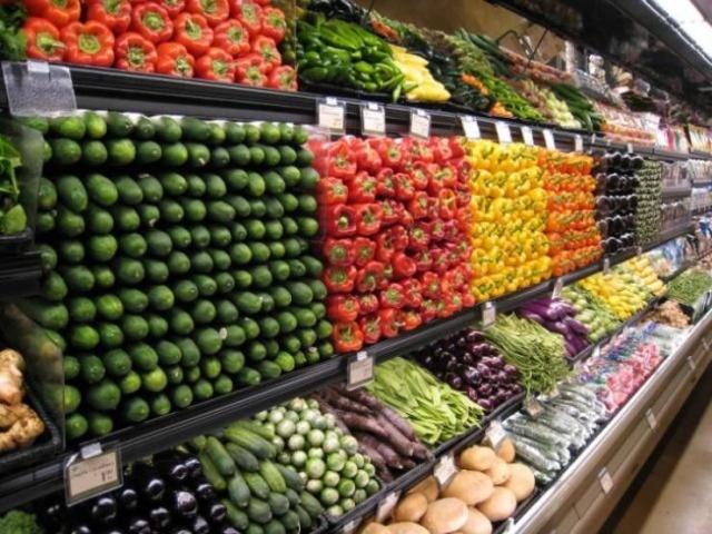 овощи на прилавке в магазине