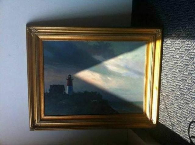 картина с маяком и лучик света