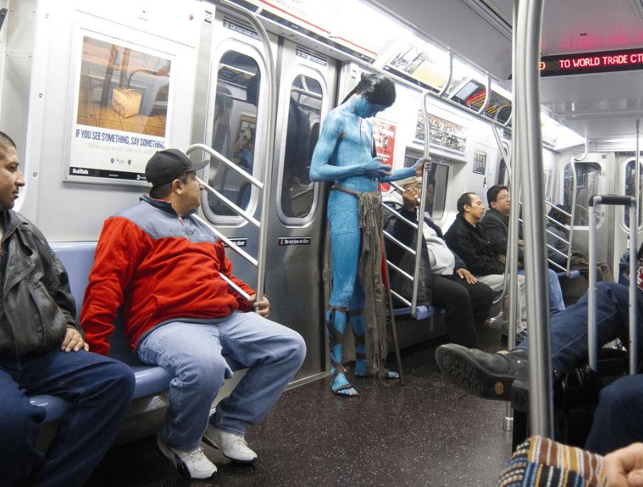 парень в костюме аватара в метро