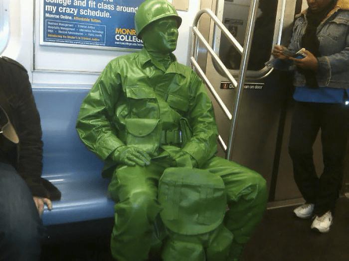 человек в зеленом в метро