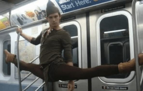 парень на шпагате в метро