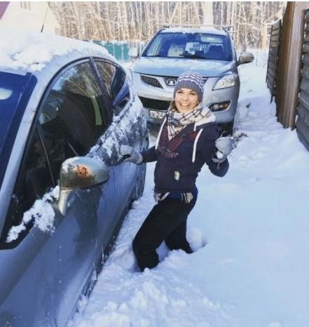 девушка и её машина в снегу