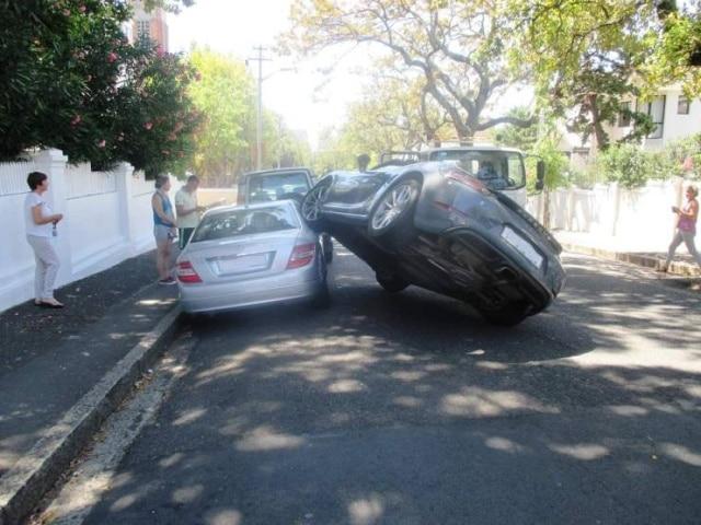 машина стоит колесом на другом авто
