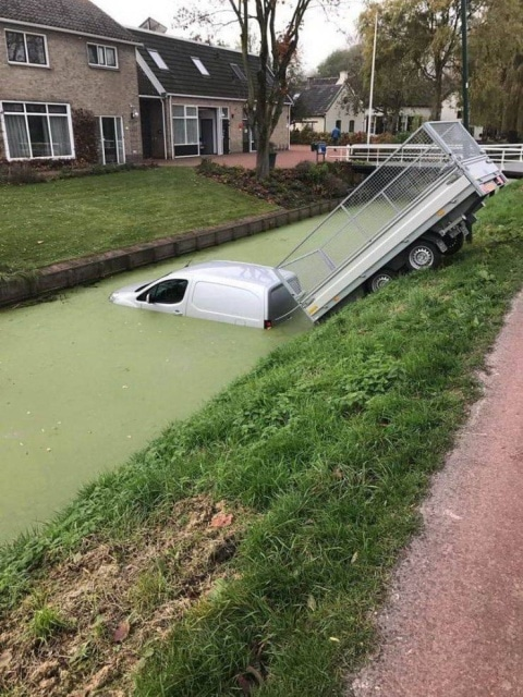 машина с прицепом в канале