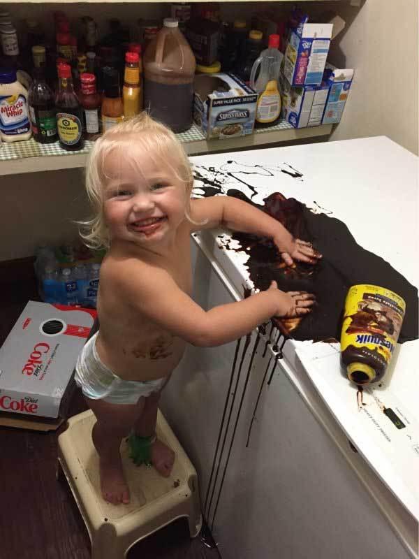 девочка в кухне с шоколадной пастой