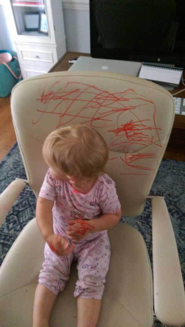 ребенок на разрисованном кресле
