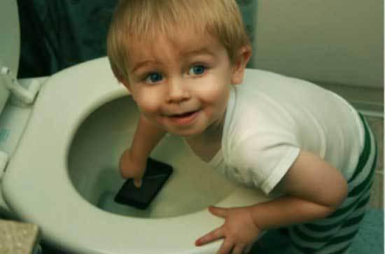 мальчик бросает телефон в унитаз