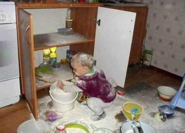 ребенок рассыпал муку в кухне