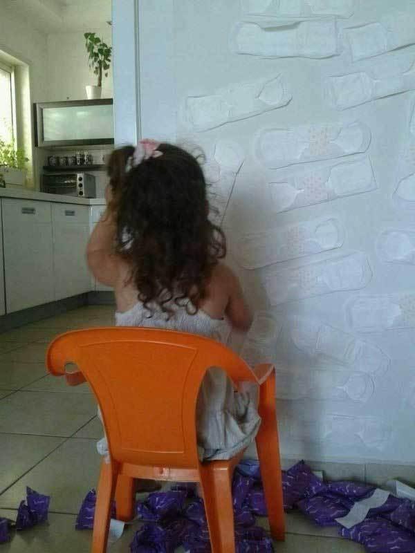девочка возле холодильника