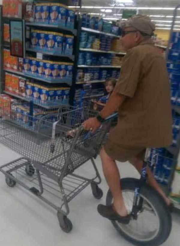 мужчина на моноцикле в супермаркете