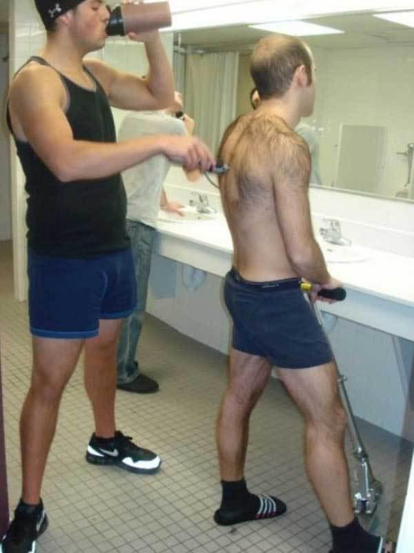 парень бреет спину другу
