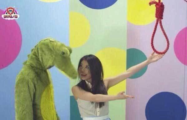 девушка предлагает крокодилу повеситься