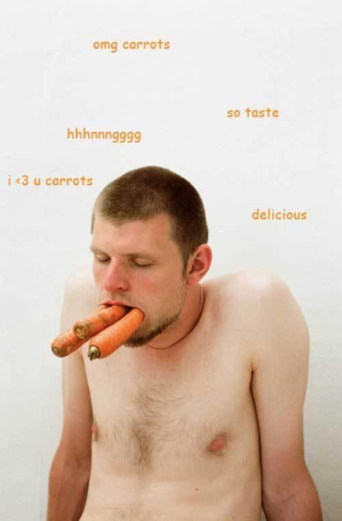 парень с морковкой во рту