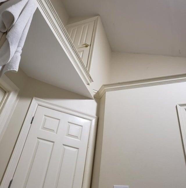 дверь у потолка
