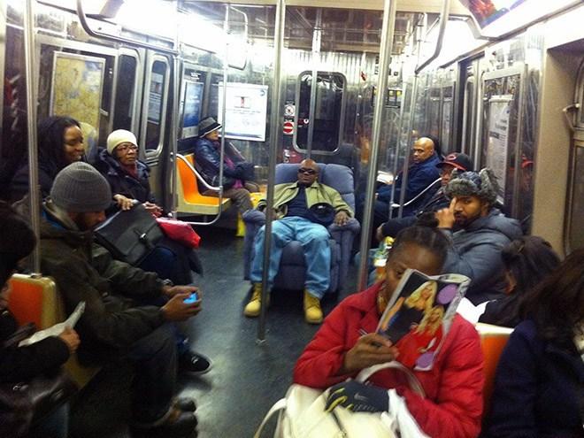 чернокожий парень в кресле в метро
