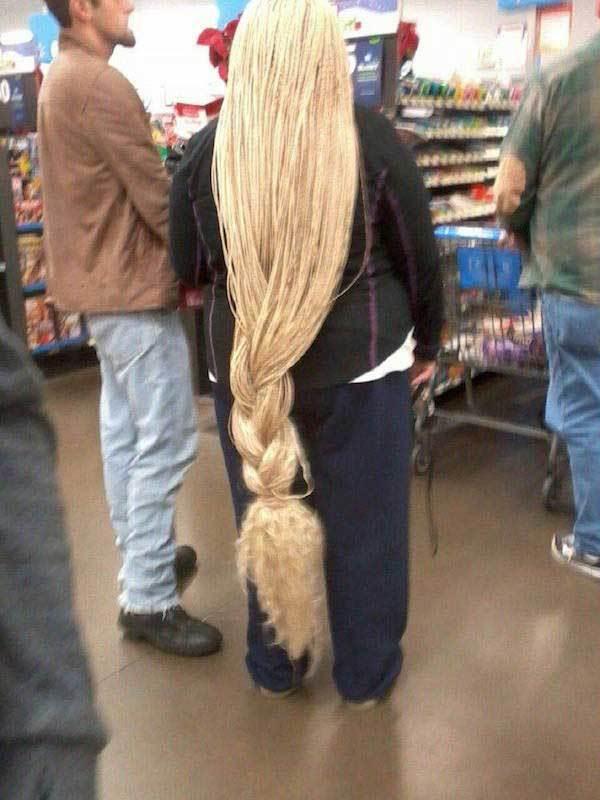женщина с длинными белыми волосами