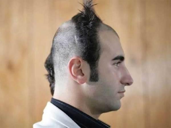 парень в профиль со странной стрижкой на голове