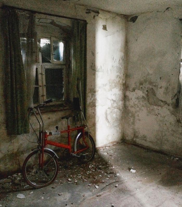старая комната с велосипедом