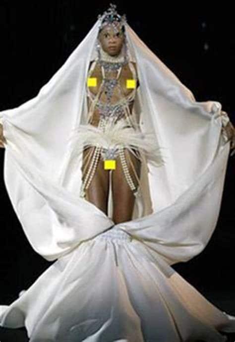 модель в странном свадебном платье на подиуме