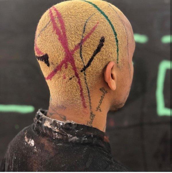 парень с цветными полосками на голове