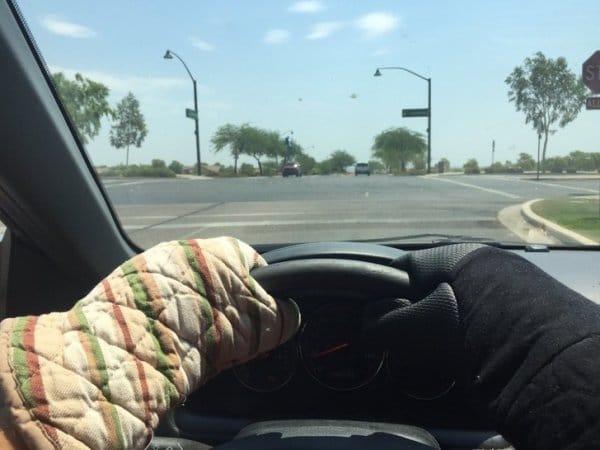 водитель за рулем в перчатках