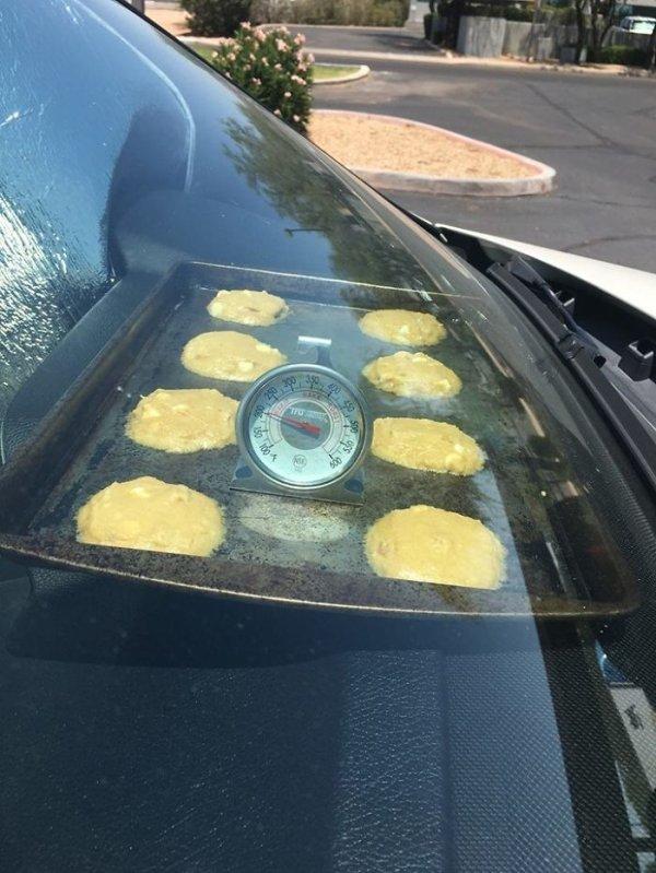 печенье на противне под лобовым стеклом