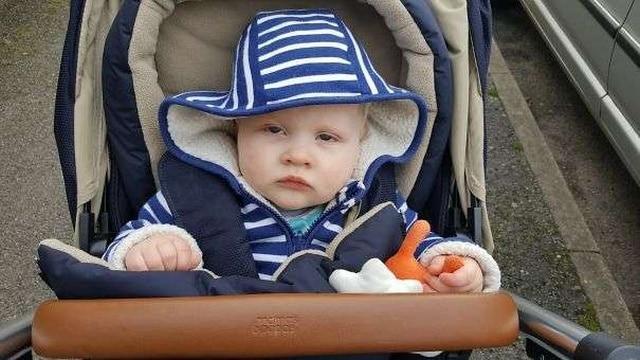 дерзкий ребенок в коляске