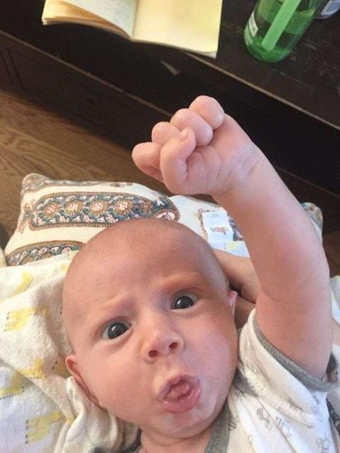 ребенок показывает кулак