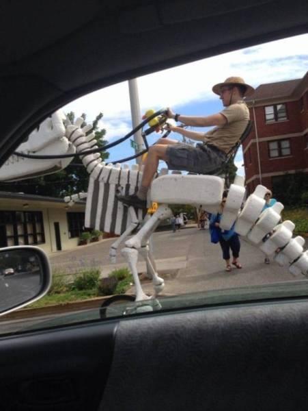 мужчина на скелете динозавра