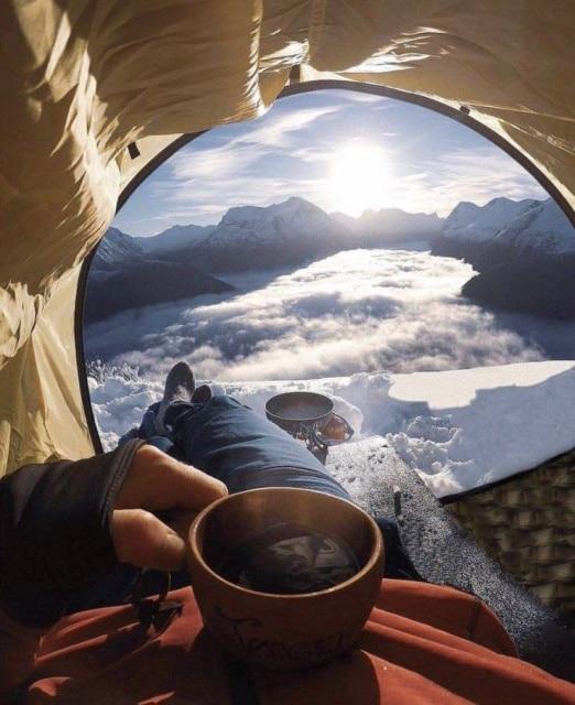 мужчина в палатке