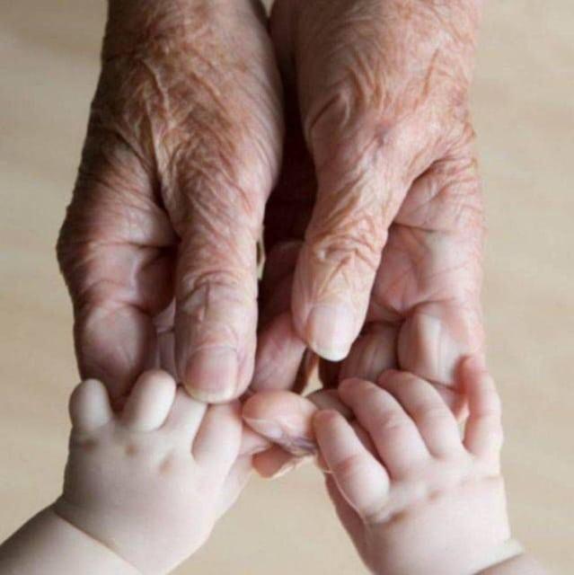 руки бабушки и ребенка